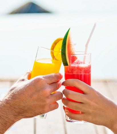 Pariskunta kilistää juomalaseja lomamatkalla