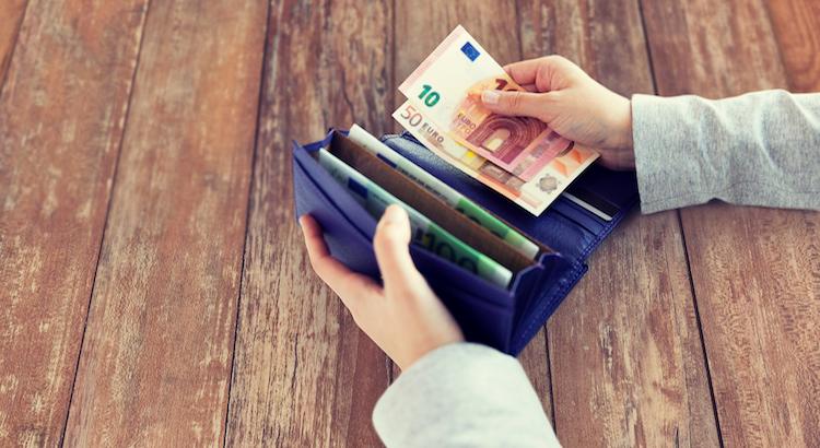 Violetti lompakko, jossa on erilaisia euroseteleitä