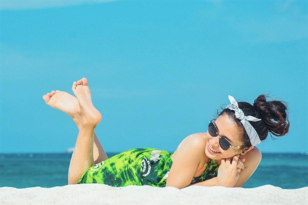 Nuori tyttö aurinkoisella rannalla etelän matkalla