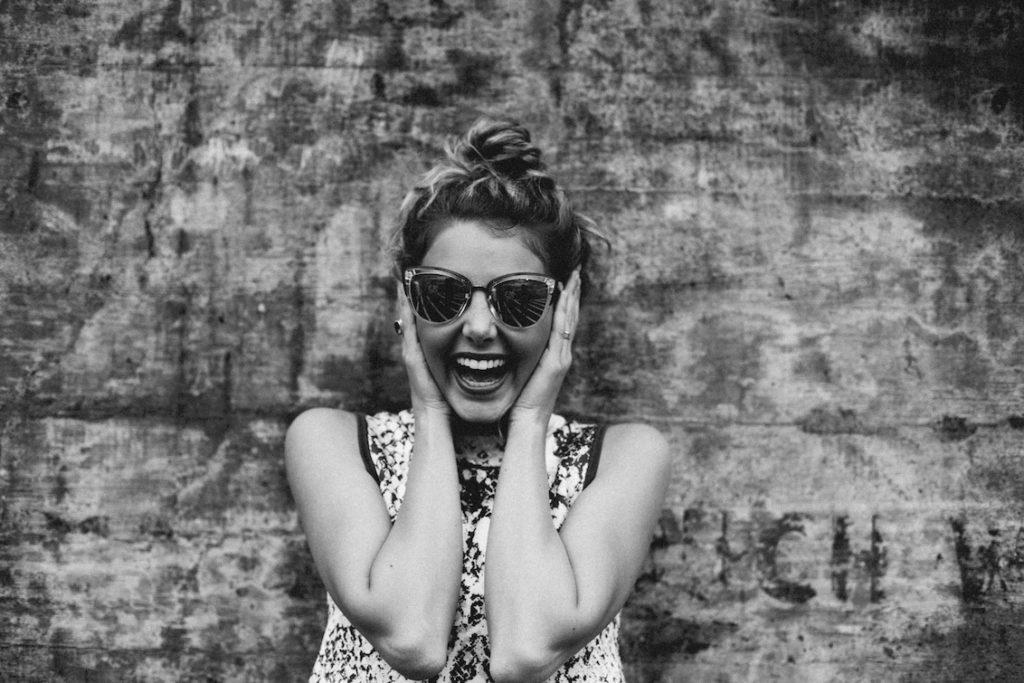 Hymyilevä nuori nainen