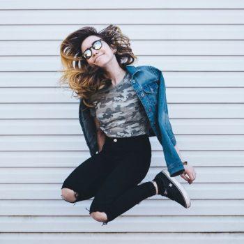 Kaunis nuori tyttö hyppää ilmaan. Joustoluotolla pidät pelivaraa taloudessasi