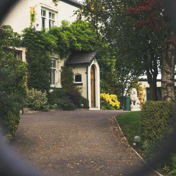 Asuntolainalla ostettu kaunis vanha talo ja sen etupiha