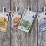 Erikokoisia euron seteleitä riippumassa pyykkinarulla. Ellos lainalla paikkaat pienen rahantarpeen