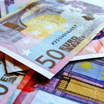 Rahaa 50 euron seteleinä kasassa