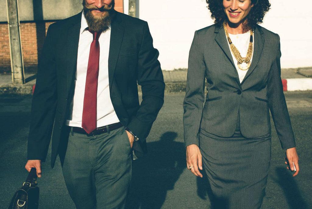 Lainanhakija ja lainanmyöntäjä kävelevät yhdessä ulos onnistuneen lainaneuvottelun jälkeen