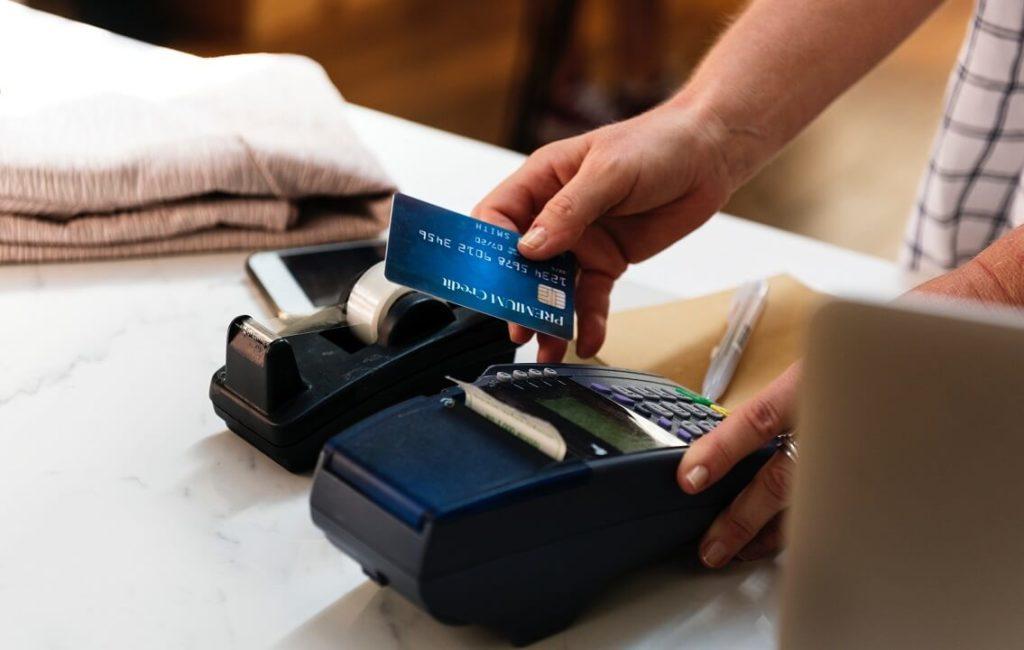 Mies käyttää luottokortin lähimaksua