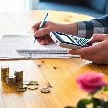 Mies laskee budjettiaan yrittäessään päättää, pitääkö lainasta lyhennysvapaata vai ei