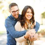 Pariskunta pitelee toisiaan ja hymyilee otettuaan lainan asuntoa varten