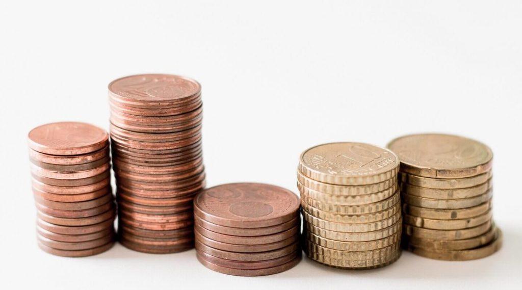 Erilaisia euron kolikoita pinoissa