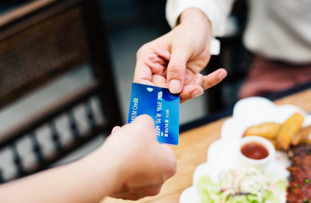 Ulkomaan matkailija maksaa ravintolassa laskunsa pankkikortilla