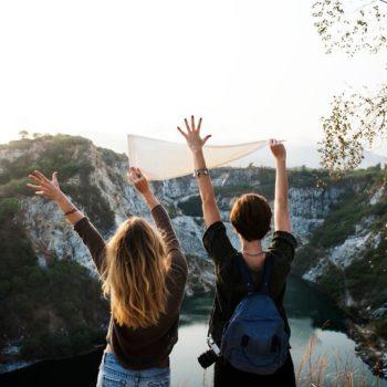 Kaksi naista ihailemassa maisemia ulkomaan matkallaan