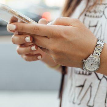 Tyttö maksaa kännykällä verkko-ostoksensa