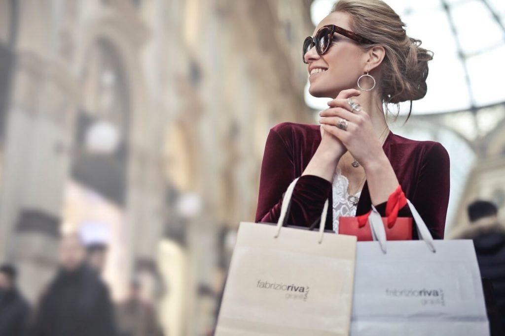 Elegantti nainen hyödyntää osamaksusopimusta vaihtoehtona ostoksilla