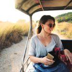 Nuori nainen ulkomaanmatkalla. Matkavakuutus kannattaa tarkistaa aina ennen lomalle lähtöä.