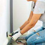 Nainen asentamassa sähköjohtoja remonttihommissaan