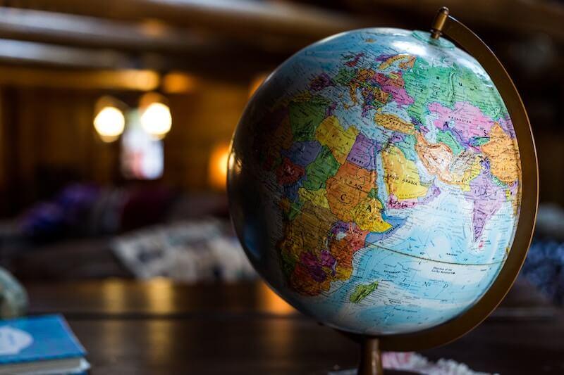 Kuva karttapallosta pöydällä. Myös ulkomaalainen voi hakea lainaa Suomessa