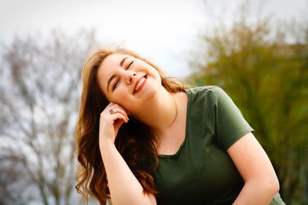 Nuori hymyilevä nainen on avannut Nordnetin tilin ja ryhtynyt sijoittamaan