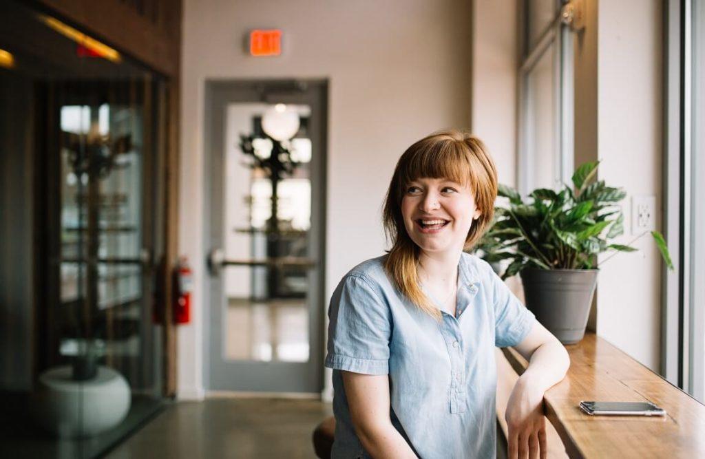 Nuori yrittäjä nainen iloitsee uuden yrityksensä perustamisesta