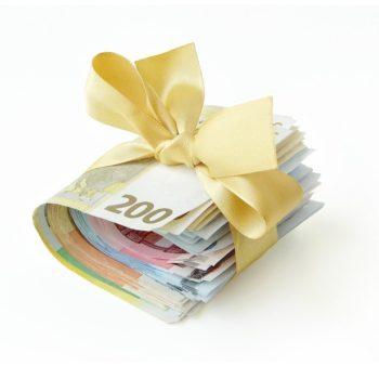 Nippu euroseteleitä kultaiseen lahjanaruun käärittynä. Näin voit saada veronpalautuksesi ennakkoon