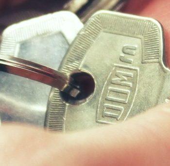 Henkilö pitelee käsissään uuden asunnon avaimia