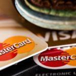 Kaksi Mastercard -korttia ja yksi Visa -kortti päällekkäin