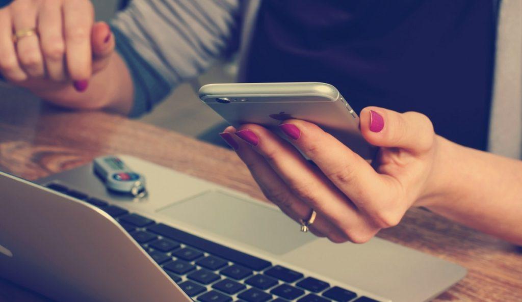 Nainen maksaa verkko-ostoksensa käyttäen Skrilliä