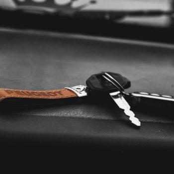 Peugeot -auton avaimet autossa