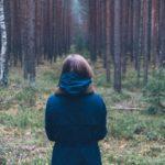 Nuori nainen katselee omistamaansa metsää