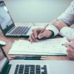 Taloyhtiön kirjanpitäjä kirjaamassa ylös asunto-osakkaiden maksusuorituksia