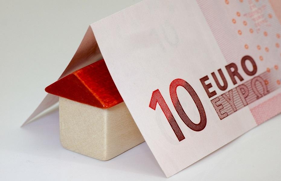 Puinen lelutalo kymmenen euron setelin alla