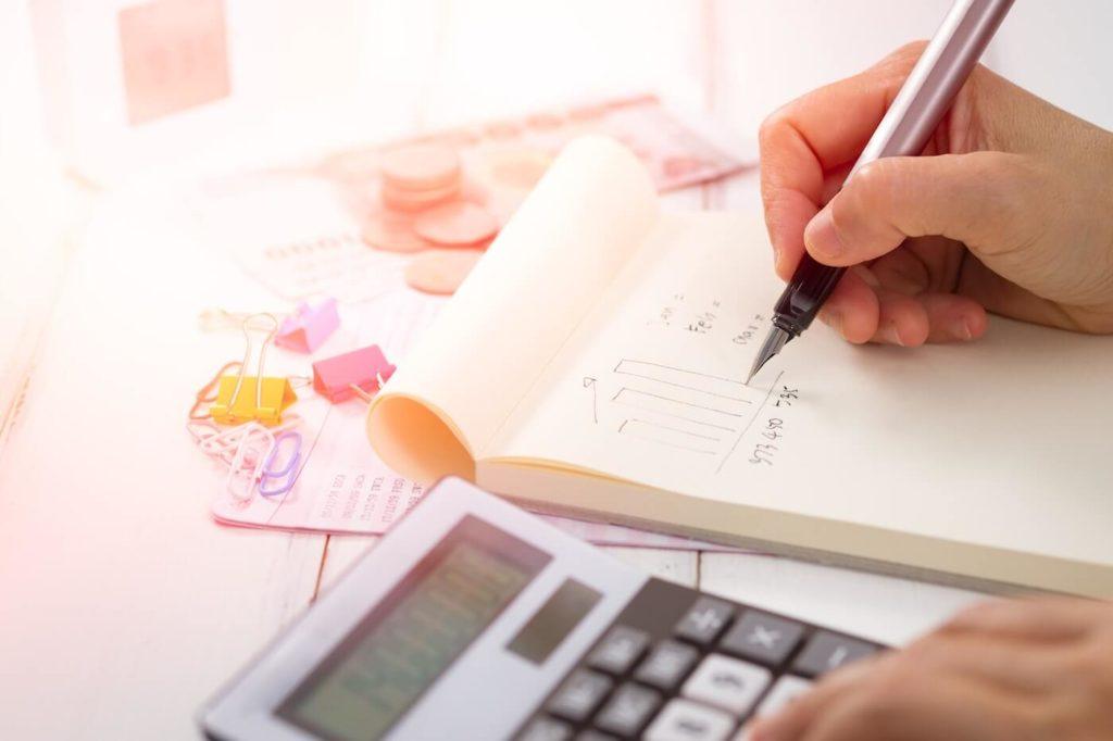 Henkilö haluaa tehdä lainojen yhdistämisen ja laskee nykyisten lainojen kuluja laskimella