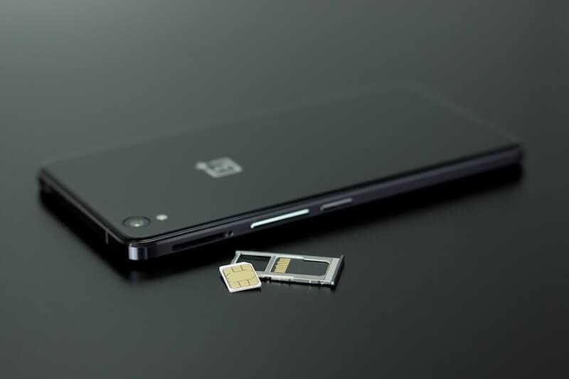 Musta älypuhelin ja dual sim -kortti