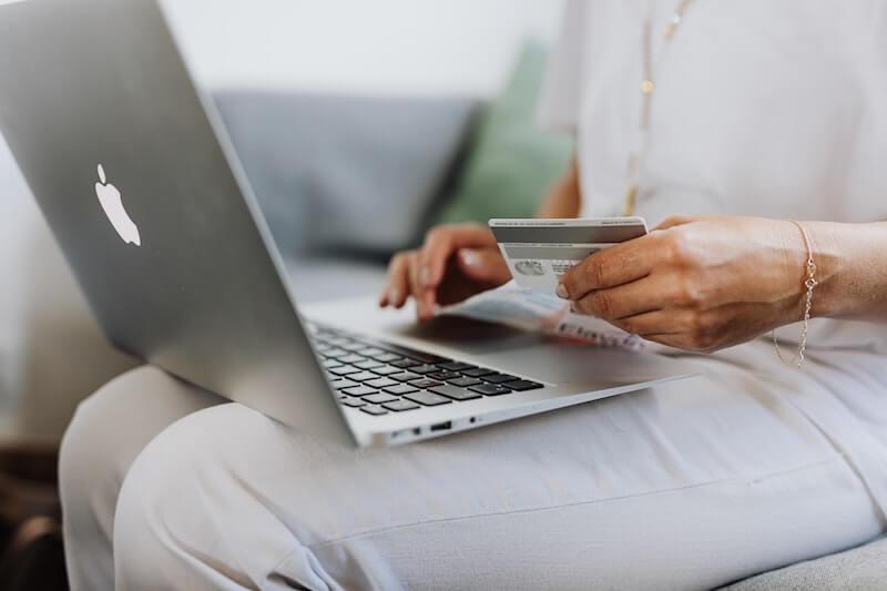 Nainen maksaa ostoksia netissä luottokortilla