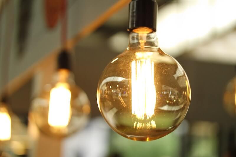 Katosta roikkuu rivi lamppuja, joihin on saatu sähkö määräaikaisella sopimuksella