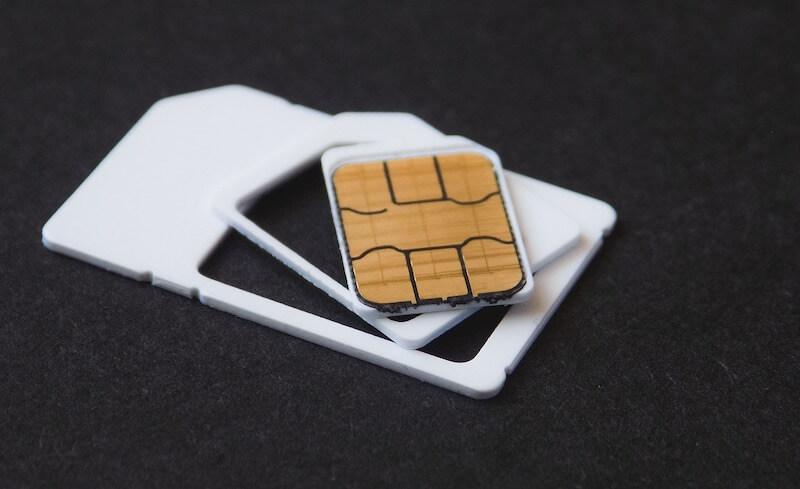 Nano sim-kortti ja kaksi muuta korttikokoa pöydällä