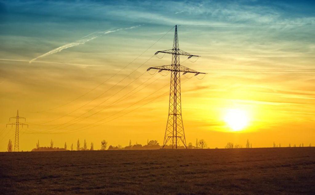 Sähkölinja pellolla ilta-auringossa
