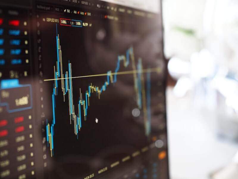Pörssikurssi tietokoneen ruudulla näyttää pörssisähkön tuntihintaa