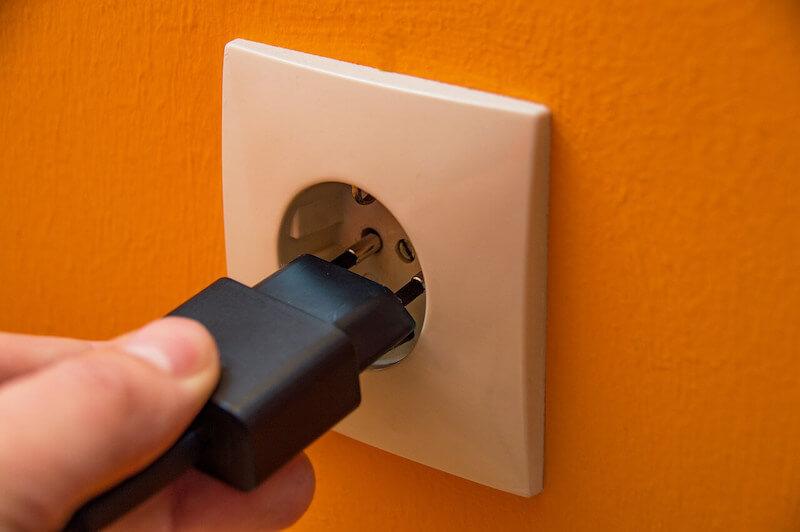 Henkilö on tehnyt sähkösopimuksen muutettuaan ja laittaa töpselin pistorasiaan