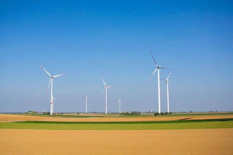 Tuulivoimala pellolla