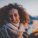 Nainen hymyilee ja on iloinen otettuaan yhdistelylainan