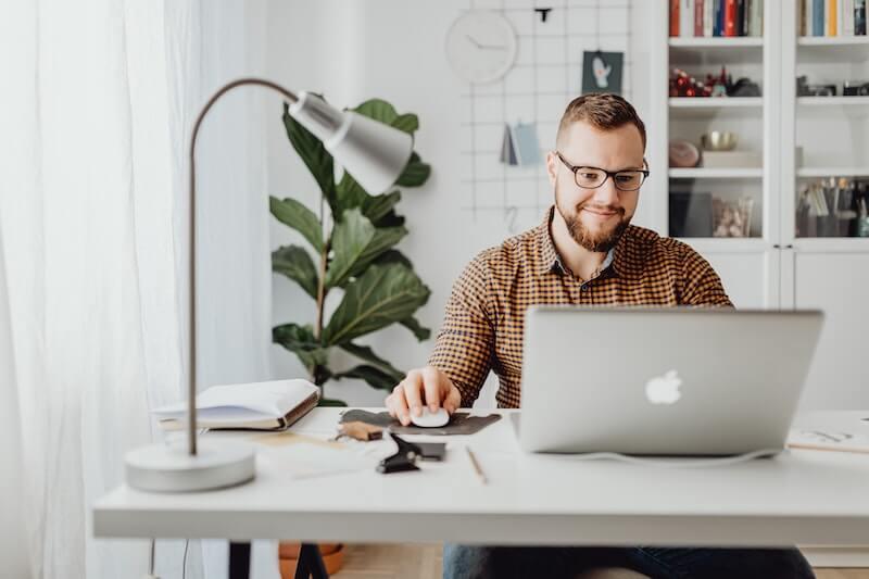 Mies katsoo tietokoneelta sähkötarjouksia