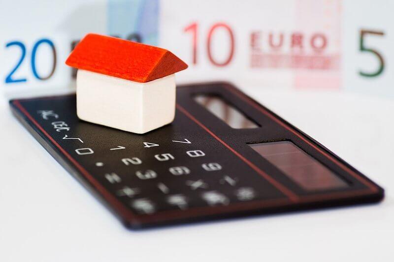Asuntolainalaskuri ja seteleitä pöydällä