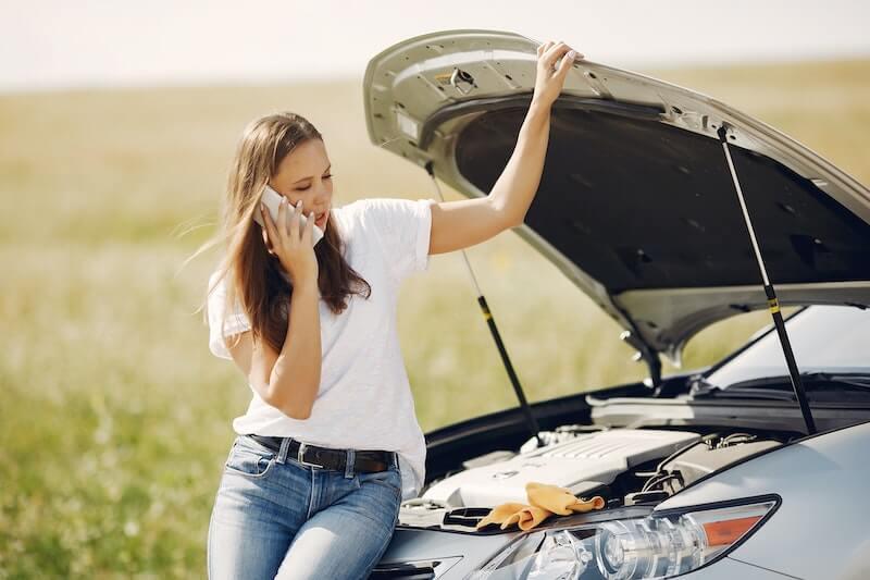 Nainen, jonka auto on hajonnut, soittaa vakuutusyhtiöön