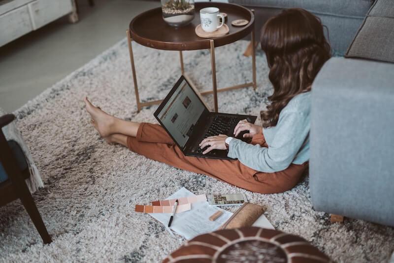 Nainen avaa Helenin sähkösopimusta netissä