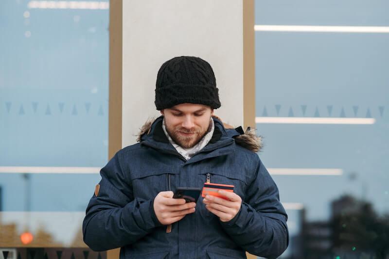 Mies liittää maksukorttinsa Pivoon