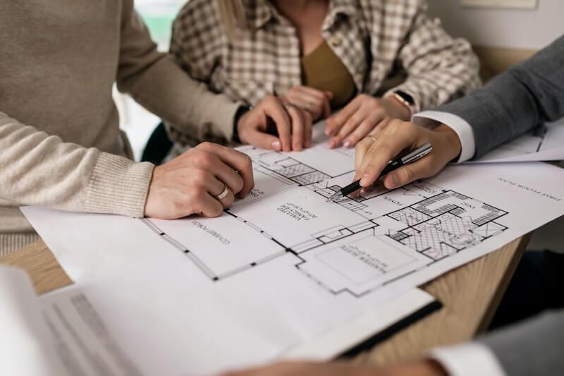 Mies ja nainen ovat saaneet Bluestepin asuntolainan ilman luottotietoja ja he tutkivat uuden asunnon pohjapiirrustusta